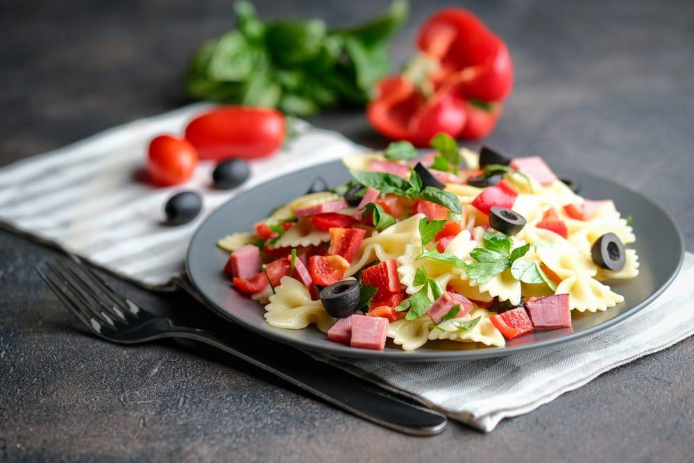 теплый салат с фарфалле и ветчиной
