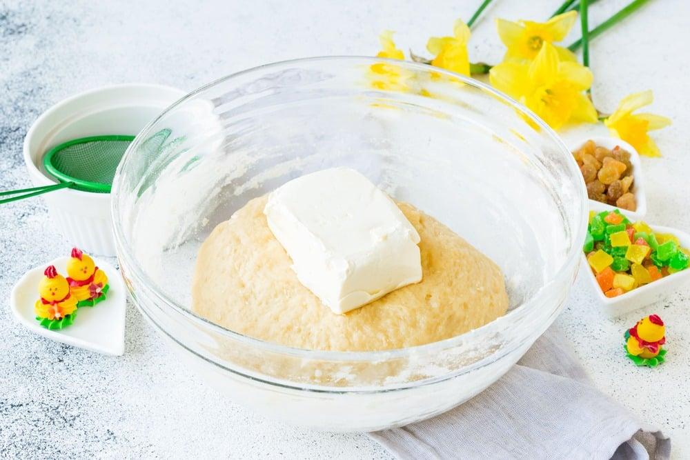 Вмешиваем в тесто сливочное масло