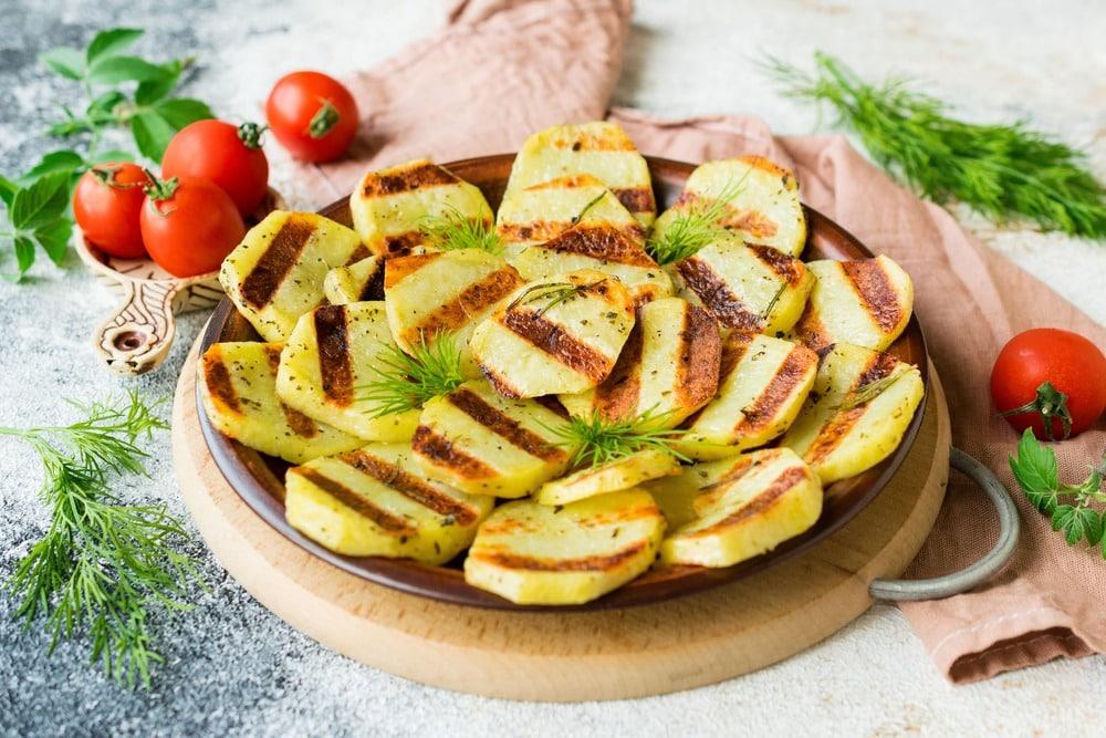 Готовый картофель запеченный на гриле