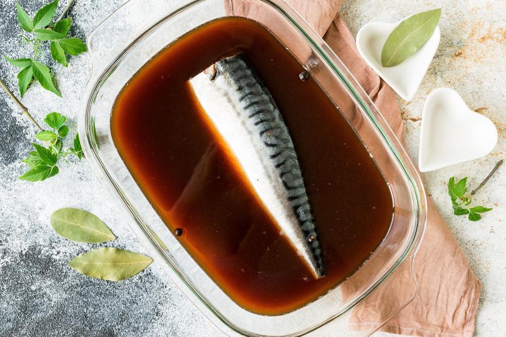 Заливаем рыбу остывшим маринадом