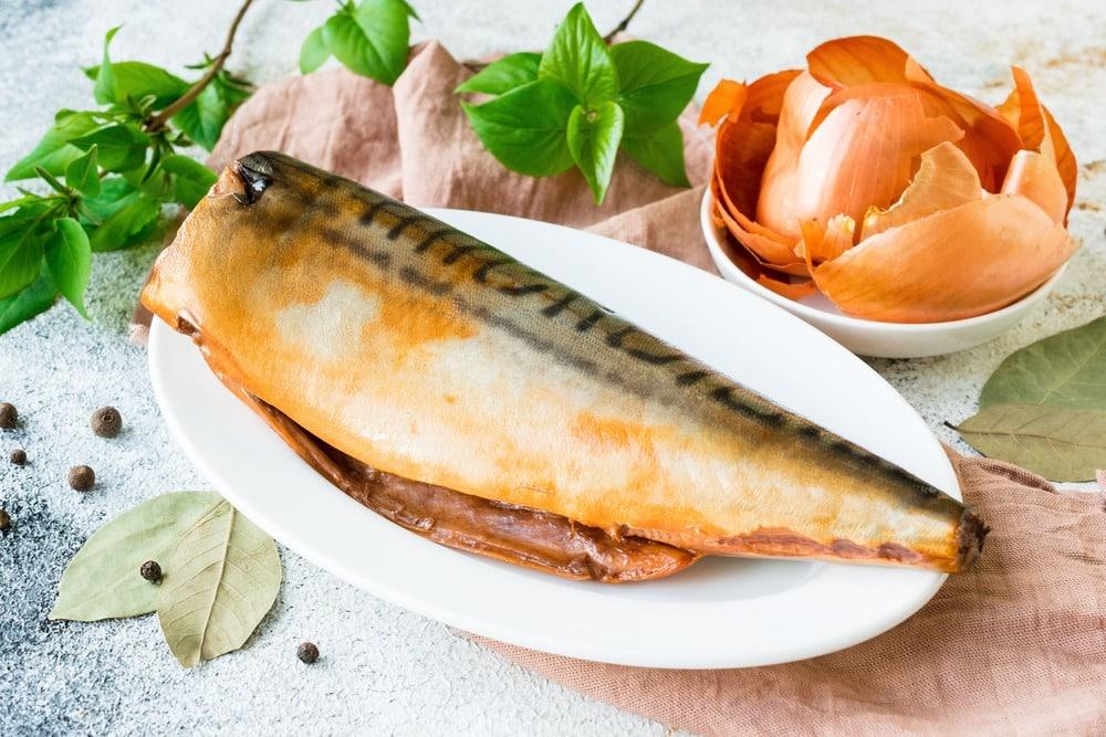 Достаем рыбу из маринада