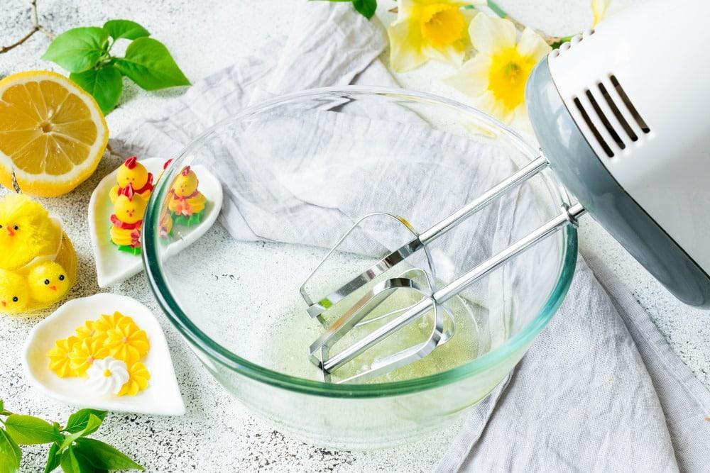 Смешиваем яичный белок с лимонным соком