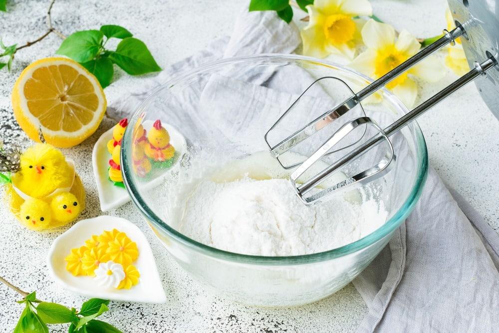 Добавляем в глазурь сахарную пудру