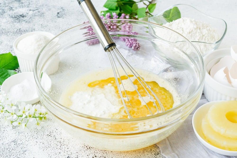 Вводим в тесто сметану и растительное масло