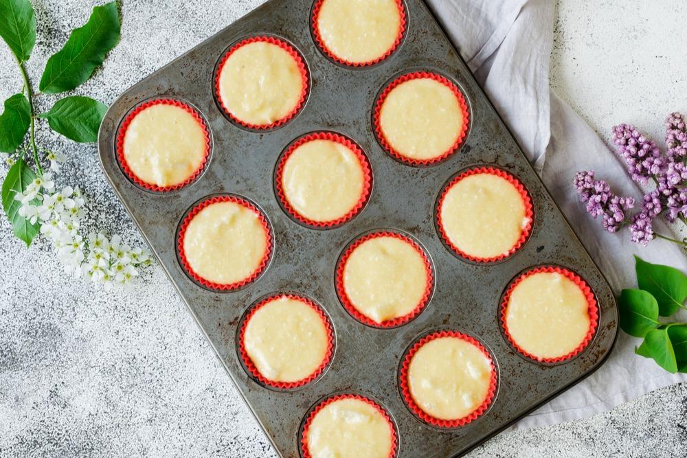 Выкладываем тесто в формы для выпечки