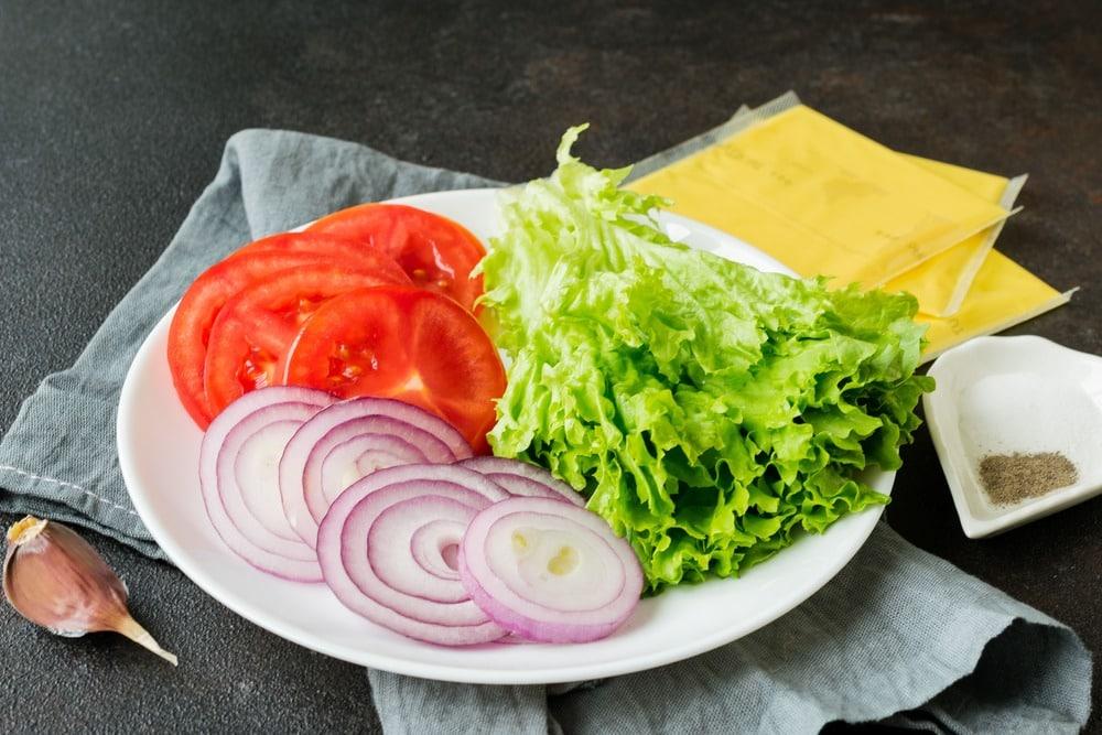 Нарезаем овощи для начинки
