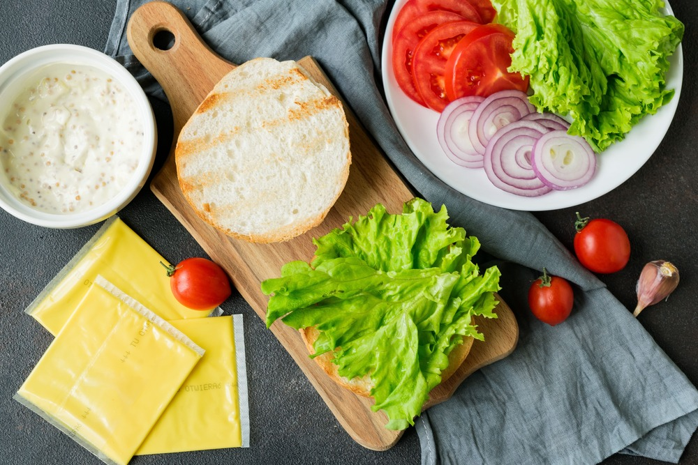 Выкладываем на бургер листья салата