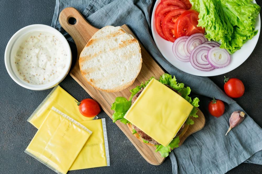 Выкладываем на бургер сыр