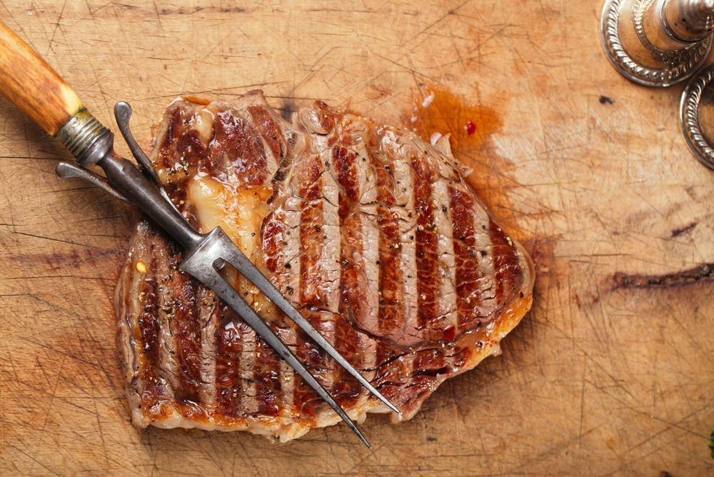 готовый говяжий стейк на гриле