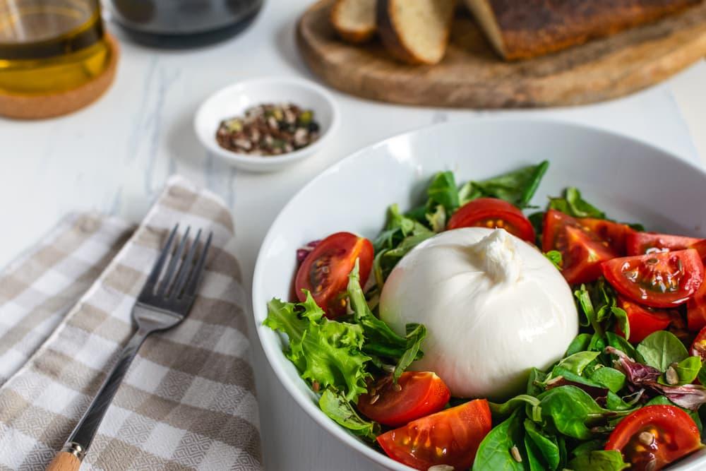 салат из сыра буррата с помидорами
