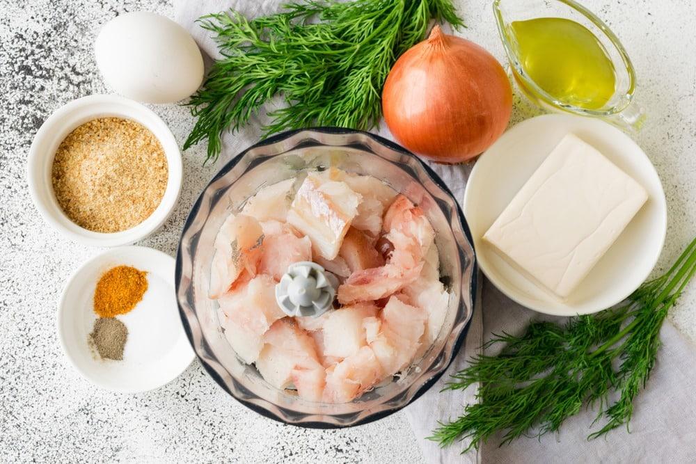 Чистим рыбу от внутренностей и костей