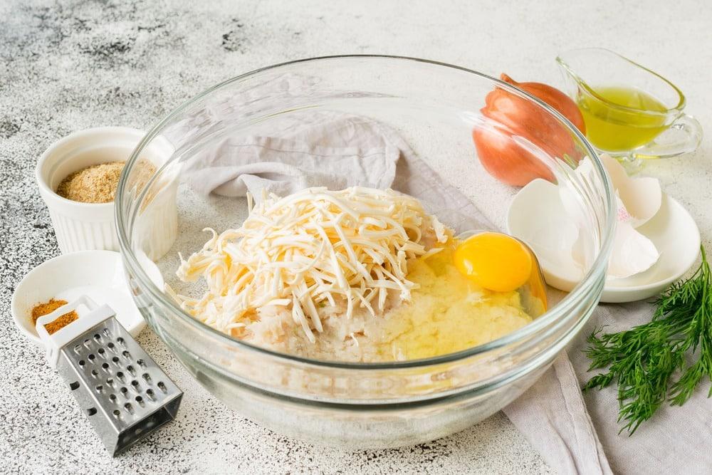 Добавляем в фарш сыр и яйцо