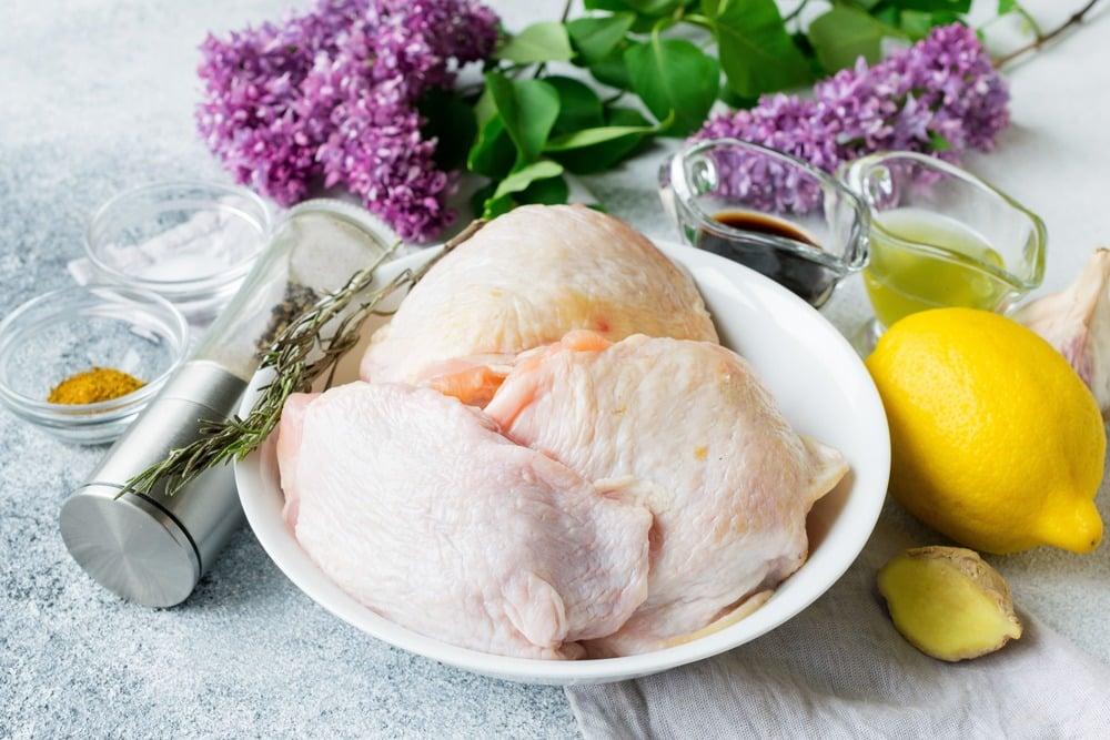 Продукты для приготовления куриных бедер на гриле