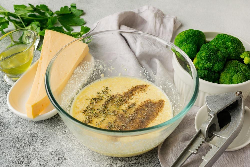 Добавляем в заливку измельченный чеснок, соль и специи