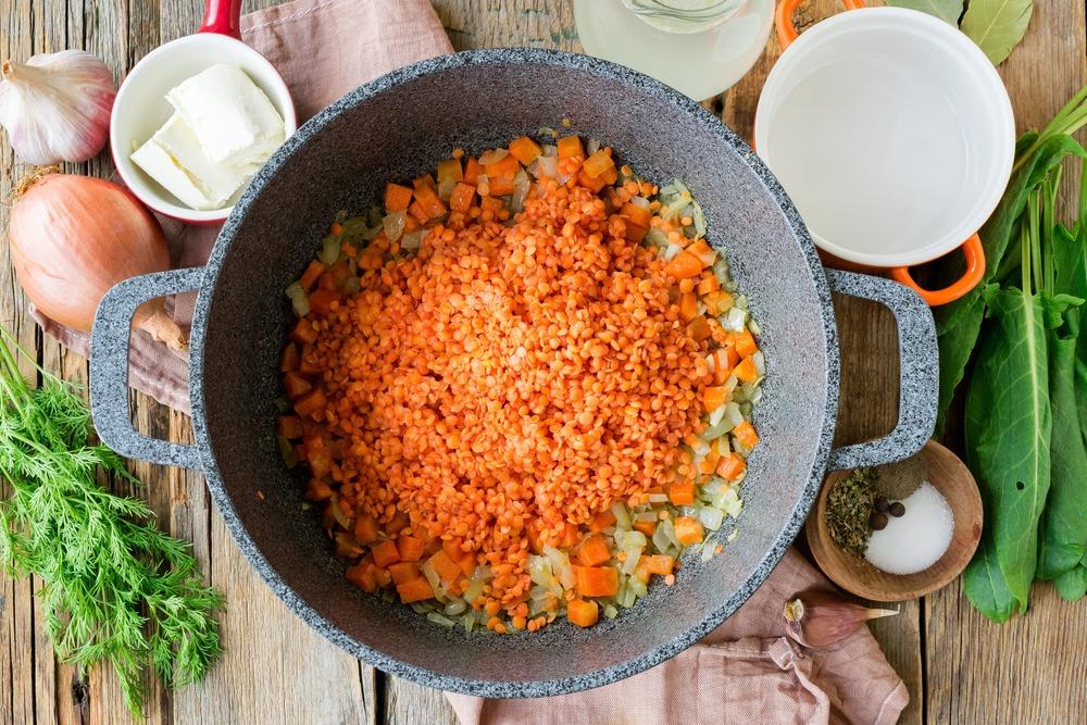 Добавляем промытые бобовые в суп