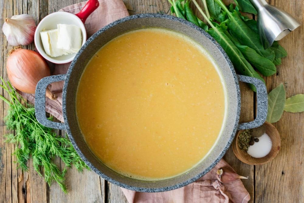 Измельчаем суп в пюре с помощью погружного блендера