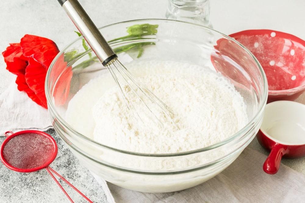 Добавляем муку, соль и сахар
