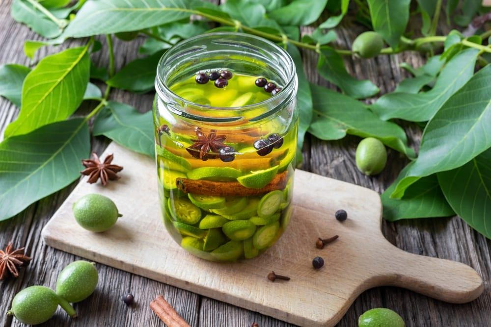 домашняя наливка на водке и незрелых грецких орехах