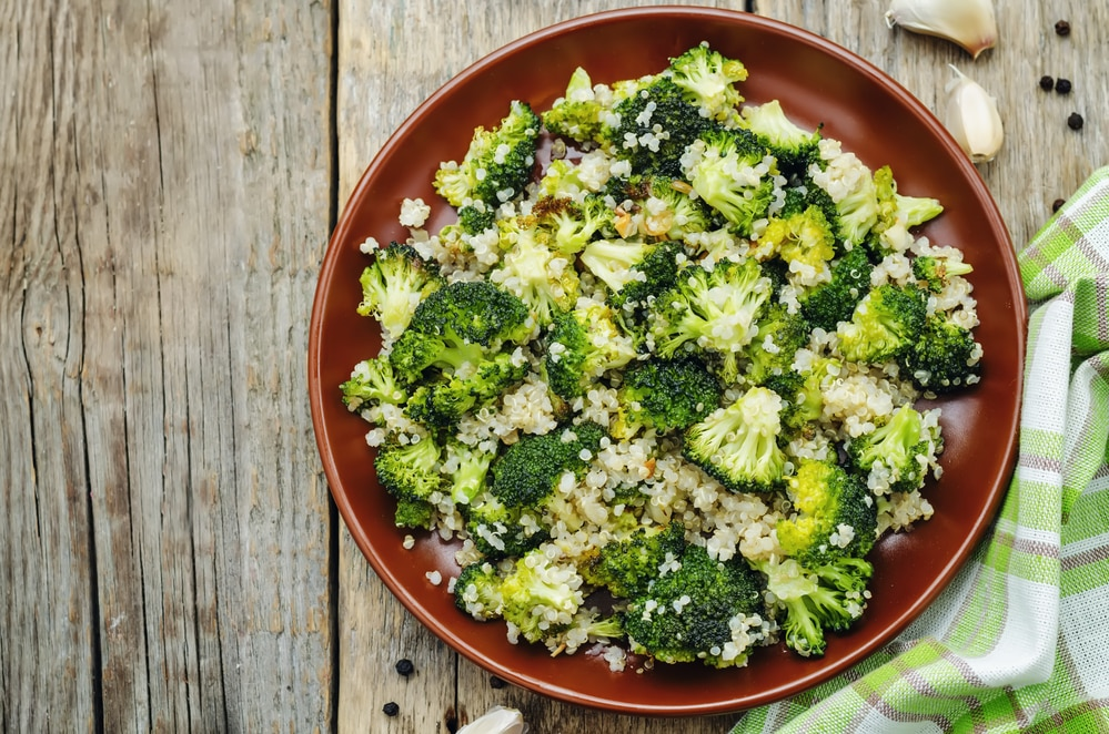 салат с жареным чесноком, брокколи и киноа