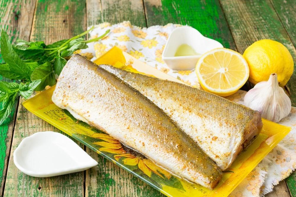 Добавляем соль, специи, масло и сок лимона