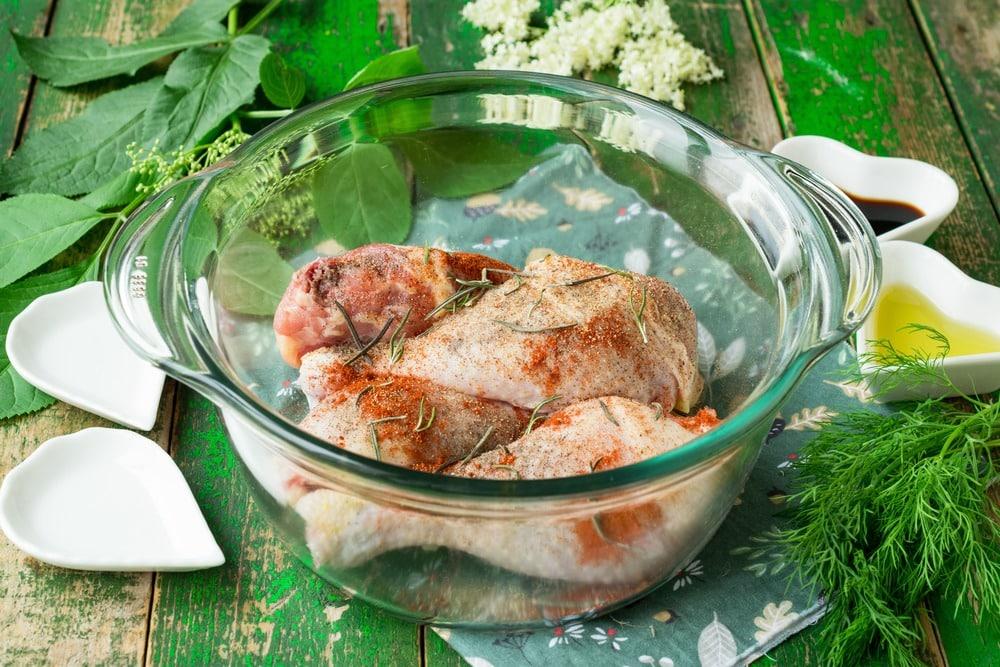 Добавляем к курице соль и специи