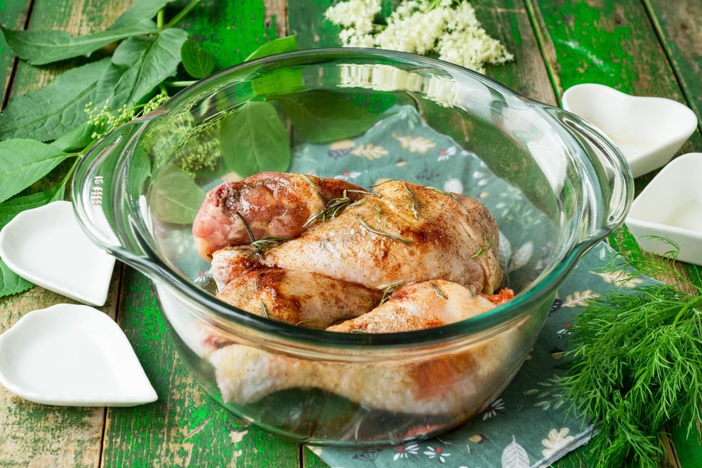 Добавляем к мясу оливковое масло и соевый соус