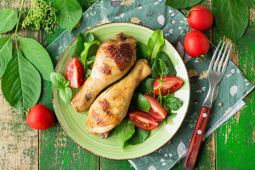 Подаем куриные голени с овощами и зеленью