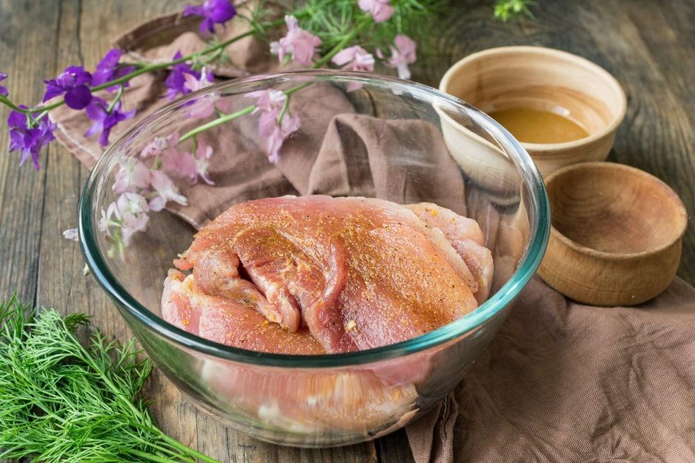 Добавляем к мясу соль и специи