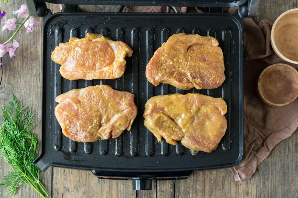 Выкладываем мясо на пластины гриля