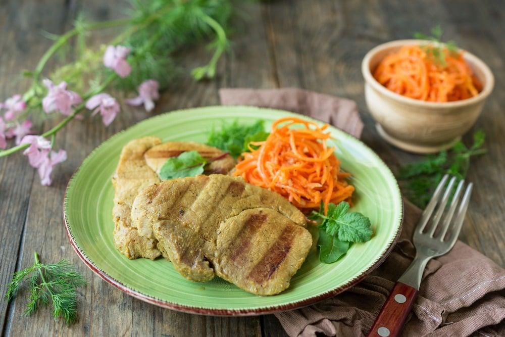 Стейки из свинины приготовленные на гриле