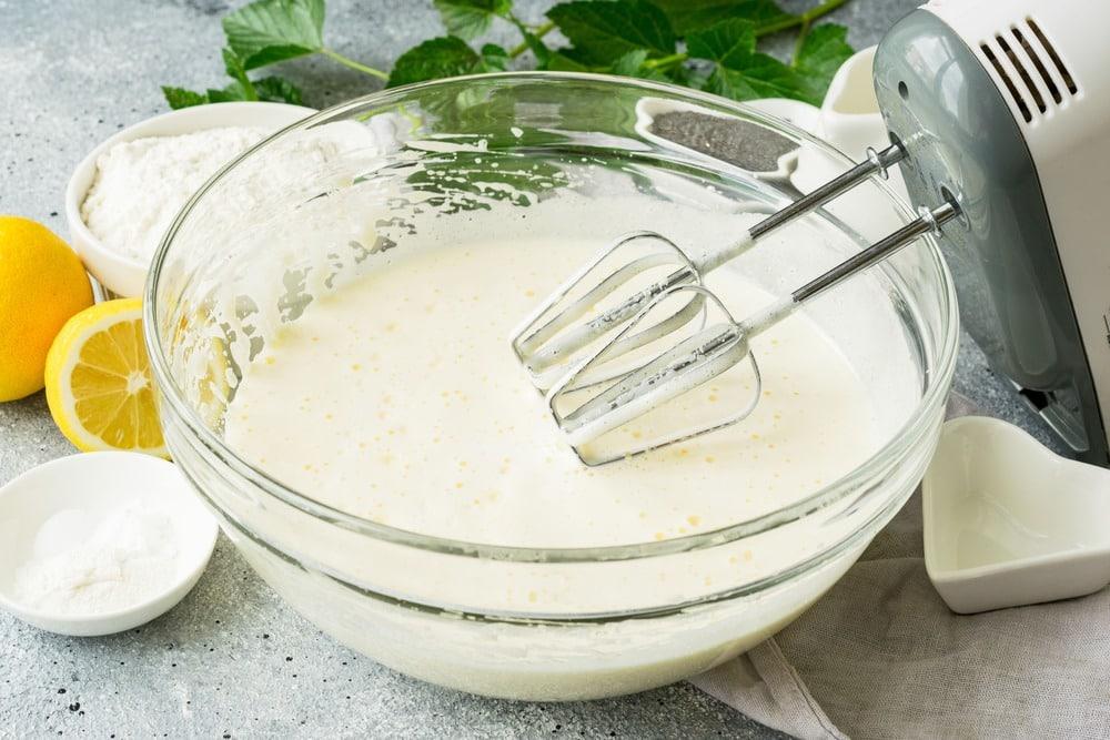 Вливаем в тесто молоко