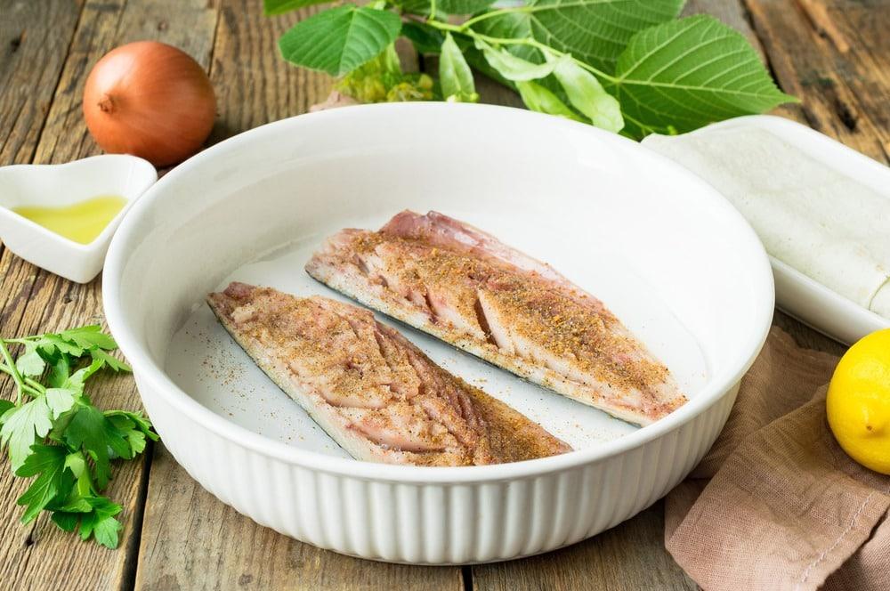 Солим и приправляем специями филе скумбрии