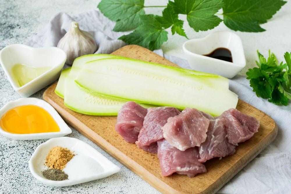 Нарезаем мясо и кабачки