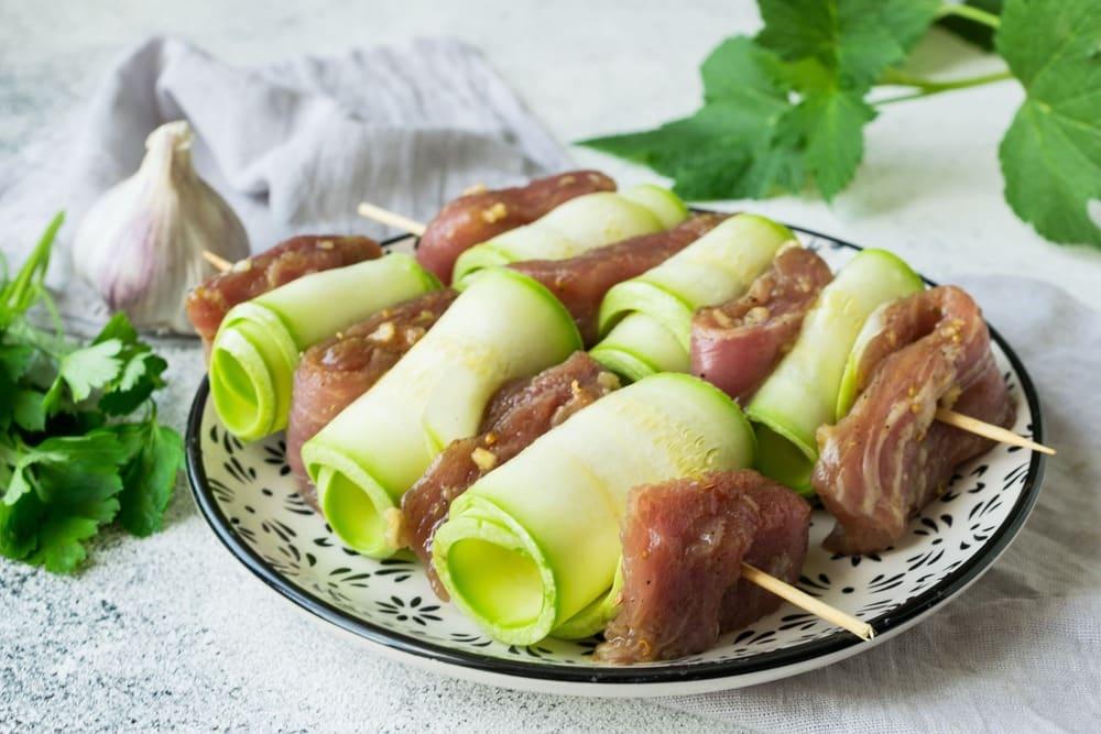 Нанизываем мясо и овощи на шпажки