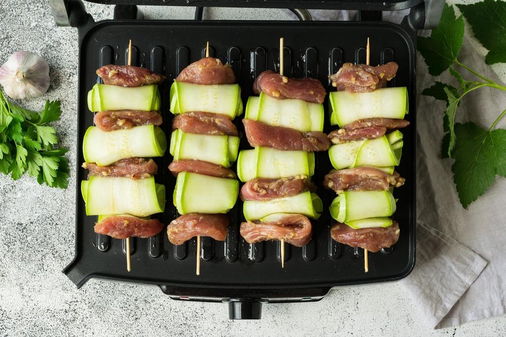 Выкладываем шпажки с мясом на пластины гриля