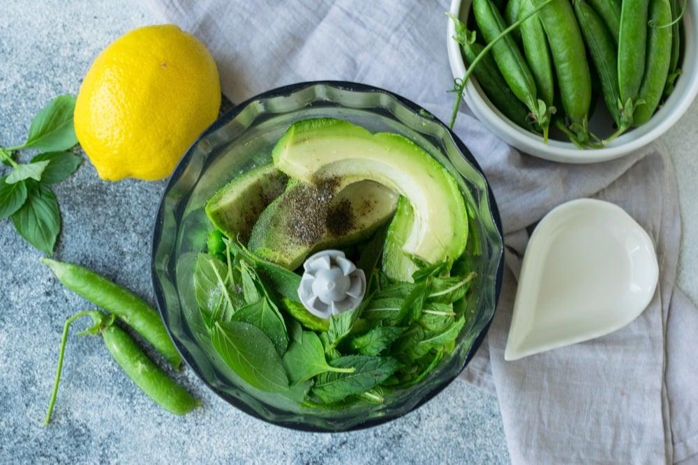 Перекладываем в блендер горошек, авокадо и зелень