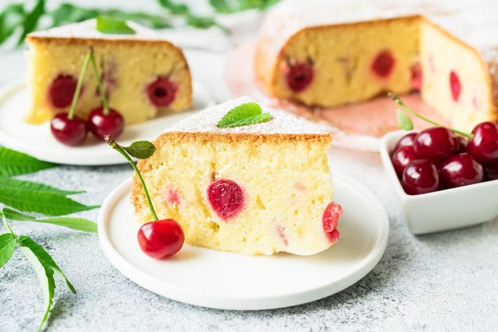 Готовый вишневый пирог в разрезе