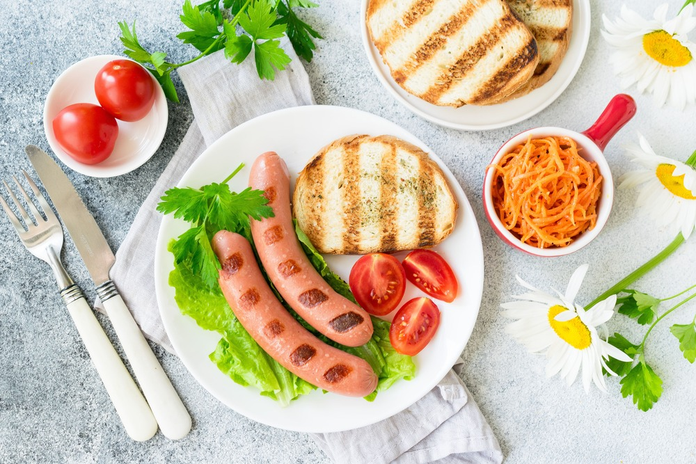 Сосиски с овощами и хлебом на гриле