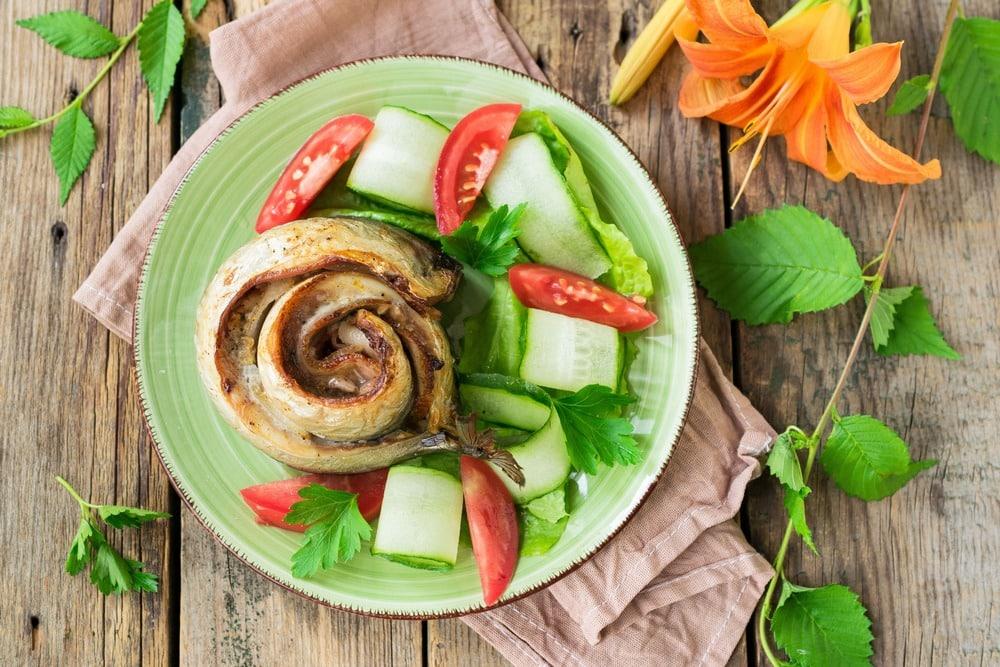 Украшаем готовый рулет из рыбы с копченой грудинкой овощами и зеленью