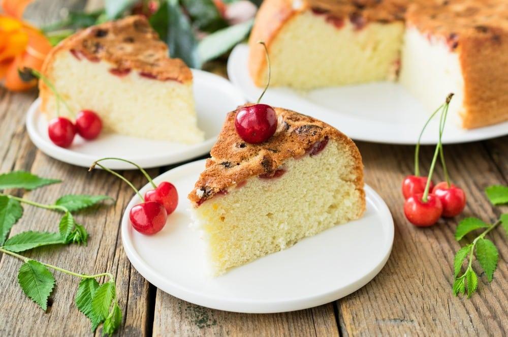 Готовый пирог с черешней, приготовленный в мультиварке