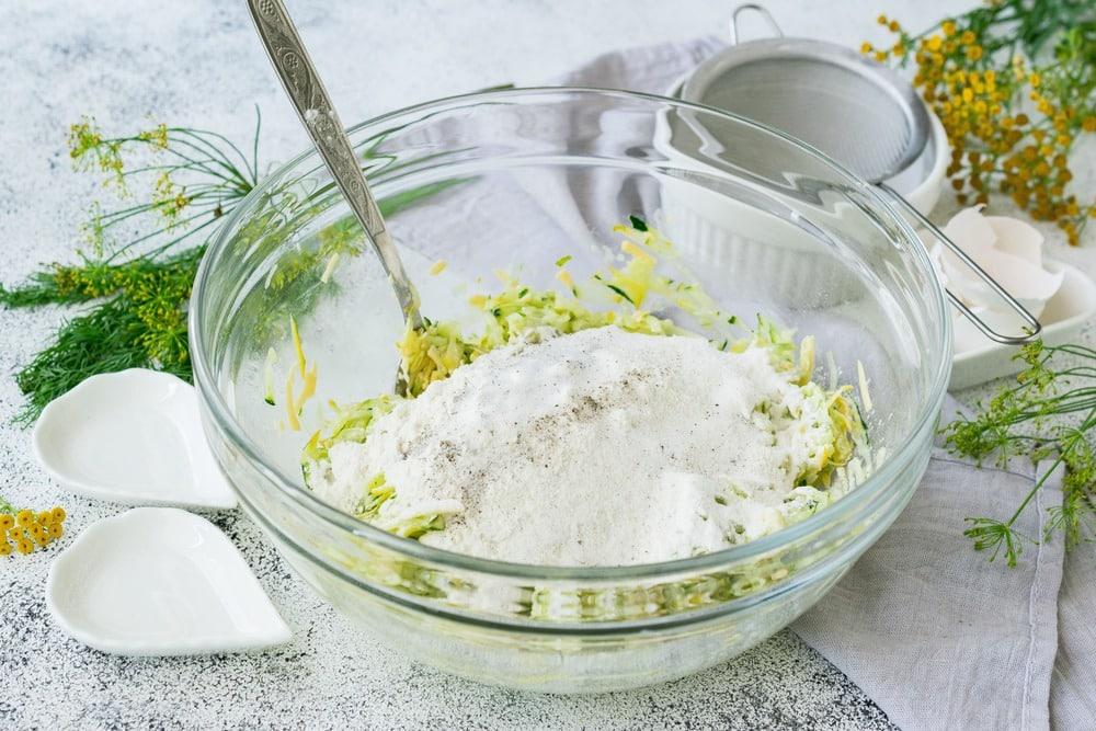 Вводим в тесто пшеничную муку, разрыхлитель, соль и перец