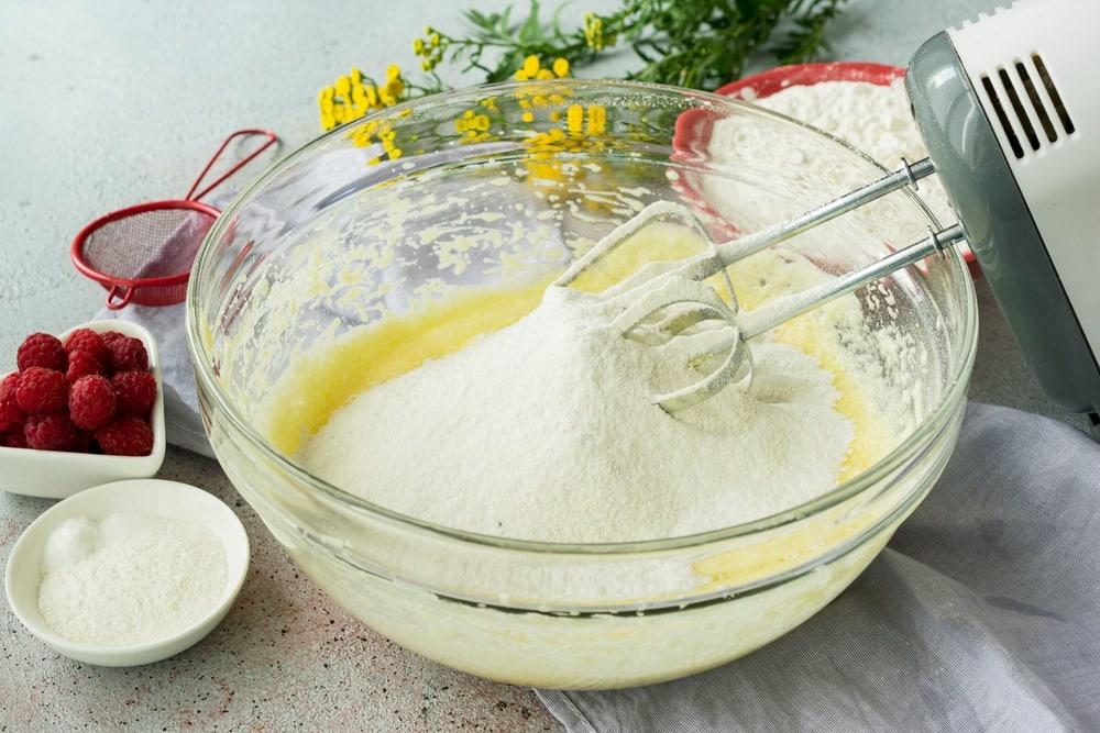 Вводим в тесто муку, разрыхлитель, соль и ванилин