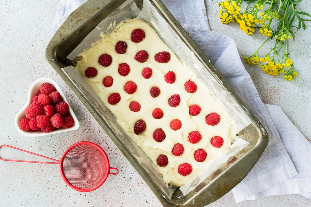 Выкладываем в форму тесто и ягоды