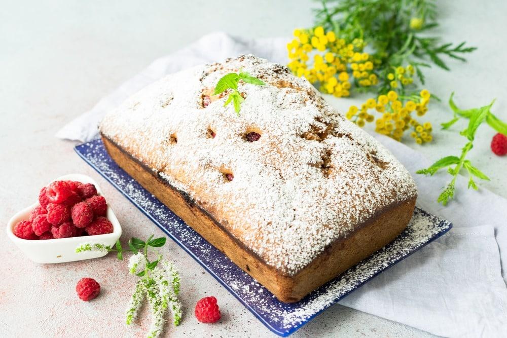 Доводим малиновый кекс до готовности в духовке