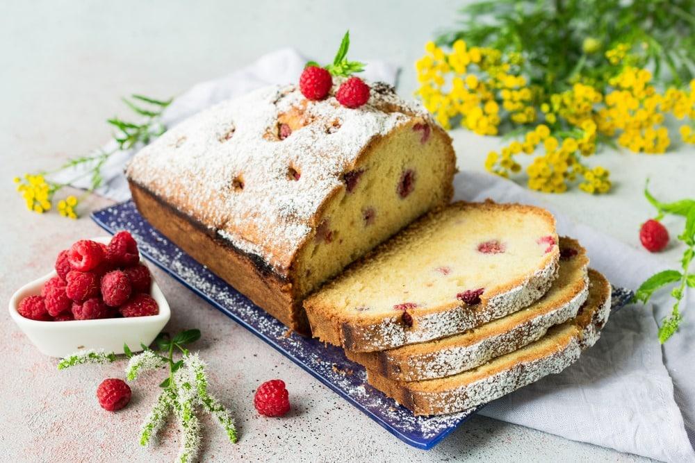 Украшаем кекс с ягодами сахарной пудрой