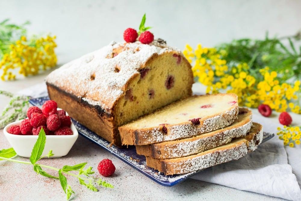 Сливочный кекс со свежей малиной