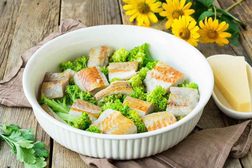Соединяем филе минтая и соцветия брокколи